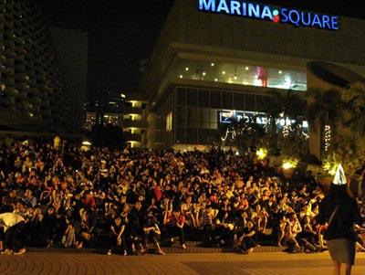 Penduduk singapura berkumpul di kawasan marina bay untuk menyaksikan