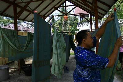 Hasil gambar untuk menjemur baju batik