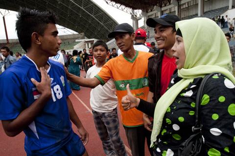 Penonton menyalami pemain tim Aceh usai mengalahkan Persija U19 dengan skor 3-1 di Stadion Harapan Bangsa Banda Aceh, Selasa (22/11). | Ibnu GP/ACEHKITA.COM