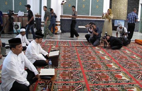 Pasangan Darni Daud dan Ahmad Fauzi sesaat sebelum mengikuti uji baca Quran, Senin (12/12). | FOTO: Radzie/ACEHKITA.COM