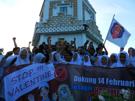 Puluhan siswa SMA Negeri 3 Banda Aceh berunjuk rasa di Bundaran Simpang Lima, Banda Aceh, Kamis (14/2/2013). Mereka menyatakan menolak perayaan Hari Valentine yang dinilai bertentangan dengan syariat Islam. [Agus Setyadi/ACEHKITA.COM]