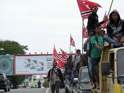 Pawai bendera di Jalan Sultan Alaidin Mahmudsyah Banda Aceh. | FOTO: Agus Setyadi/ACEHKITA.COM