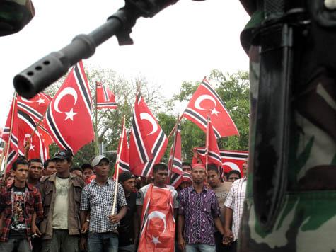 Massa dihadang tentara. | FOTO: Agus Setyadi/ACEHKITA.COM