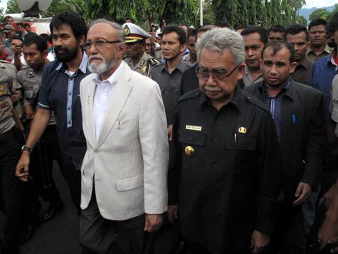 Gubernur Zaini Abdullah (kiri) bersama mantan petinggi GAM Malik Mahmud. | FOTO: Agus Setyadi/ACEHKITA.COM