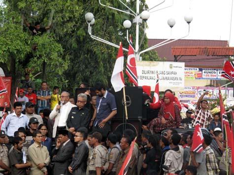 Gubernur Aceh Zaini Abdullah, Wagub Muzakir Manaf, dan mantan petinggi GAM Malik Mahmud di kerumunan massa. | FOTO: Agus Setyadi/ACEHKITA.COM