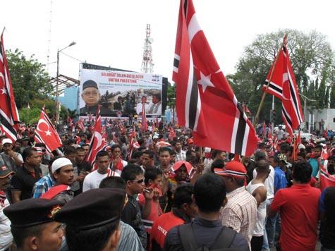 Massa yang diperkirakan berjumlah sekitar 1.500 berkumpul di Simpang Kodim. | FOTO: Agus Setyadi/ACEHKITA.COM