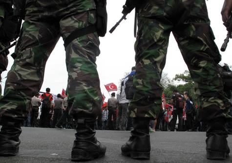 Aparat memblokade jalan yang dilintasi pengunjukrasa pro-bendera Aceh. | FOTO: Agus Setyadi/ACEHKITA.COM