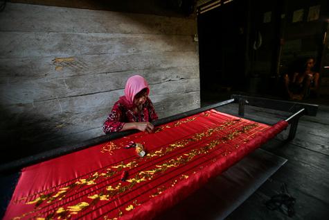Pengrajin kasab Aceh.