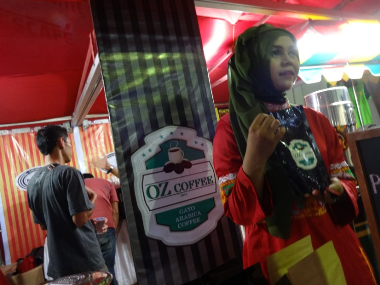 Seorang pelayan OZ Coffee memperlihatkan kopi Arabica Gayo.