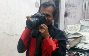 Bedu Saini saat menjalankan tugas jurnalistik. | FOTO: Nurdin Hasan/ACEHKITA.COM