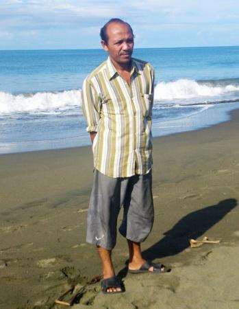 Septi Rangkuti berdiri di pantai Ujong Kareung, Meulaboh, Kabupaten Aceh Barat, hari Minggu (26 Oktober 2014).  | Nurdin Hasan/ACEHKITA.COM
