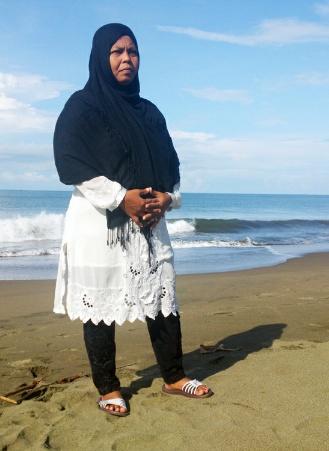 Jamaliah berdiri di pantai Ujong Kareung, Meulaboh, Kabupaten Aceh Barat, hari Minggu (26 Oktober 2014). | Nurdin Hasan/ACEHKITA.COM