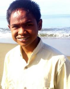 Arif Pratama Rangkuti alias Ucok di pantai Ujong Kareung Meulaboh. | FOTO: Nurdin Hasan/ACEHKITA.COM