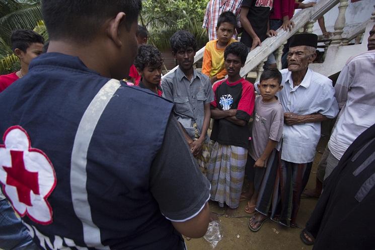 Petugas Palang Merah Indonesia mendata imigran etnis Rohingya asal Bangladesh dan Myanmar di penampungan sementara di Desa Matang Raya, Kecamatan Baktya, Aceh Utara, Ahad (10/5/2015). Pagi tadi, mereka terdampar di perairan Seunuddon. | FOTO: Reza Juanda/ACEHKITA.COM