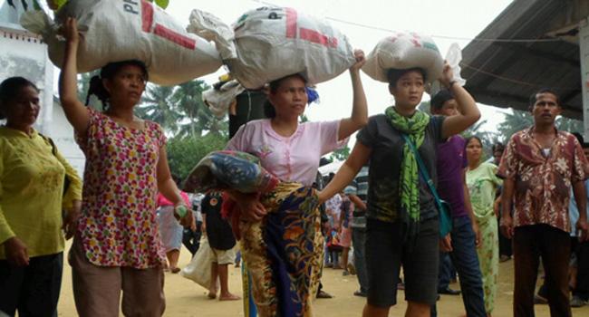 MENGUNGSI- Warga Kabupaten Aceh Singkil mengungsi ke Kecamatan Manduamas, Tapanuli Tengah, pasca kerusuhan di kampung halaman mereka.