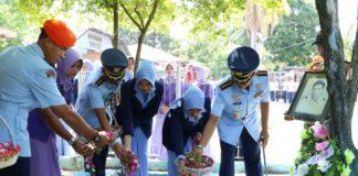 HUT TNI AU ke-73, Lanud Sultan Iskandar Muda Ziarahi Makam Pahlawan