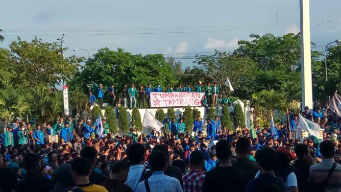 Massa Demo Tolak Tambang Bertahan di Halaman Kantor Gubernur Aceh