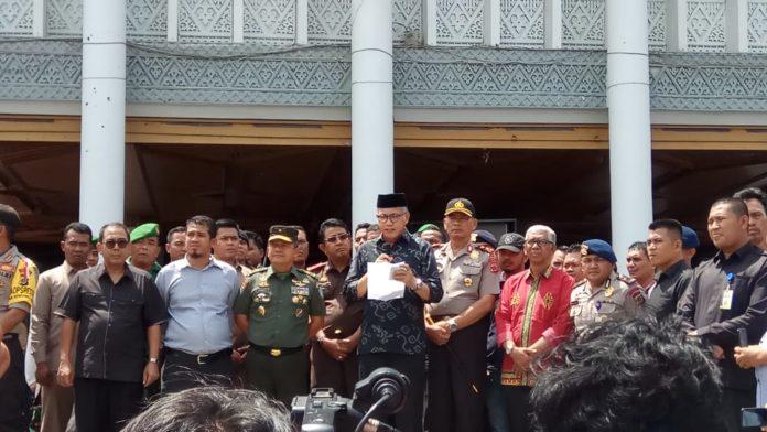Plt Gubernur Aceh Temui Massa, Janji Selesaikan Persoalan Izin PT EMM dalam 14 Hari