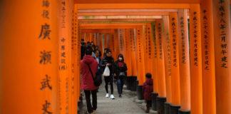 Menyusuri Ribuan Torii Kuil Fushimi Inari Taisha Kyoto Jepang