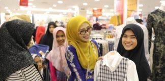 Jelang Lebaran, Istri Plt Gubernur Aceh Berbagi Baju Baru untuk Anak Yatim
