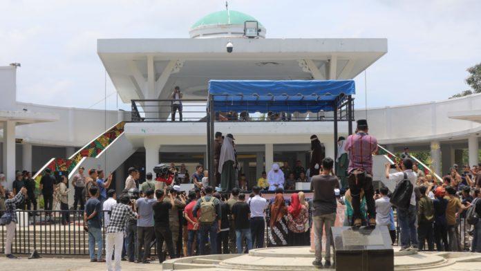 Untuk Pertama Kalinya, Banda Aceh Gelar Cambuk di Taman Bustanussalatin